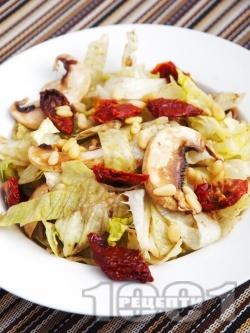 Салата айсберг със сушени домати, сурови гъби печурки и кедрови ядки - снимка на рецептата